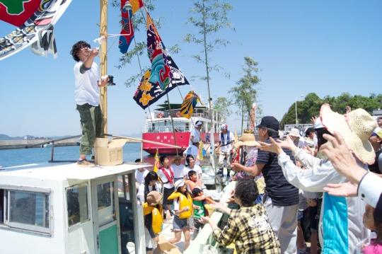 2015年5月5日。移住者である若手漁師の独り立ちを祝う船のお披露目式と、端午の節句のお祝いを兼ねた餅まきの様子。島でこれらのお祝いが開かれたのは約20年ぶりとのこと。